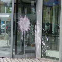 01-vandalismus-gewerkschaftshaus-rostock-fensterglas-mit-hochdruckreiniger-farbe-entfernen-rostock